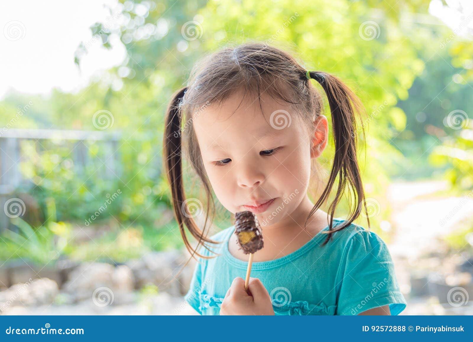Bambina che mangia cioccolato