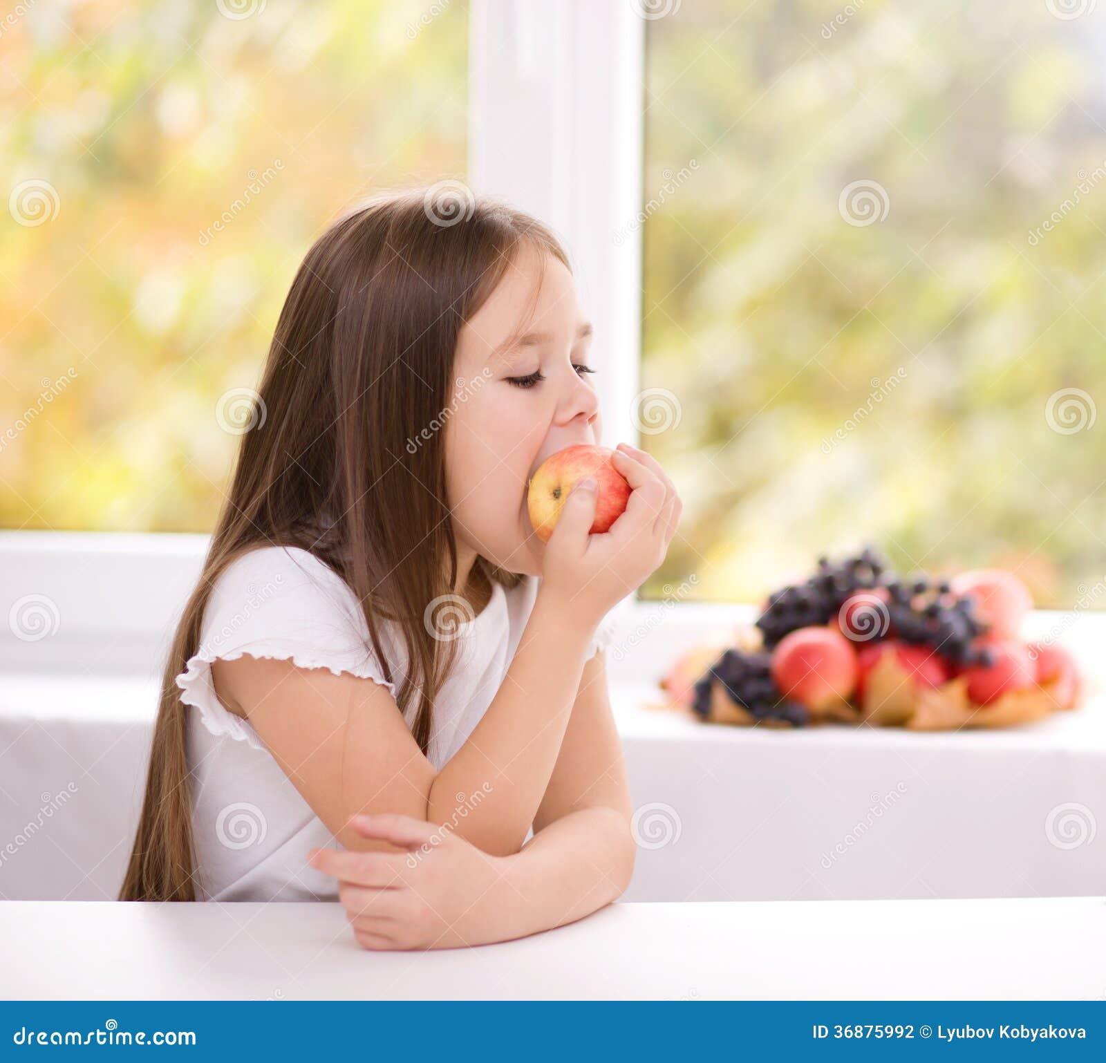 Download Bambina Che Mangia Una Mela Fotografia Stock - Immagine di dieta, people: 36875992