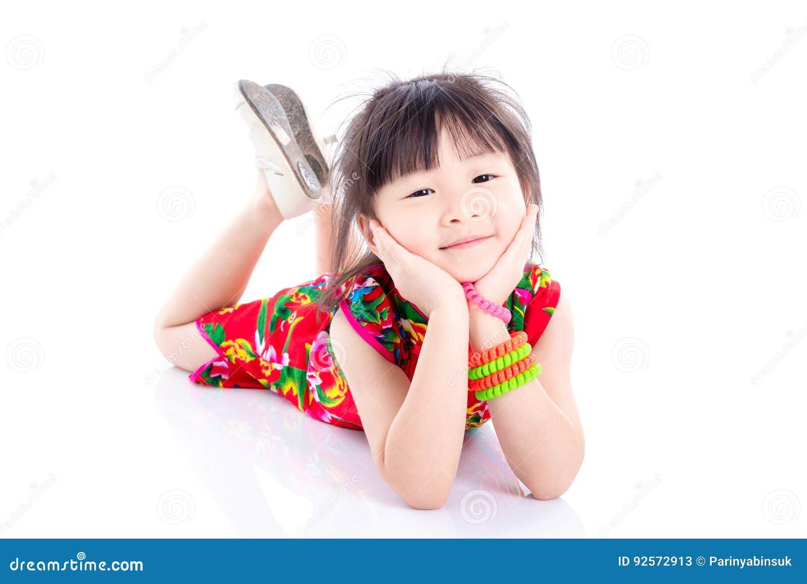 Bambina che mette su pavimento e sorriso