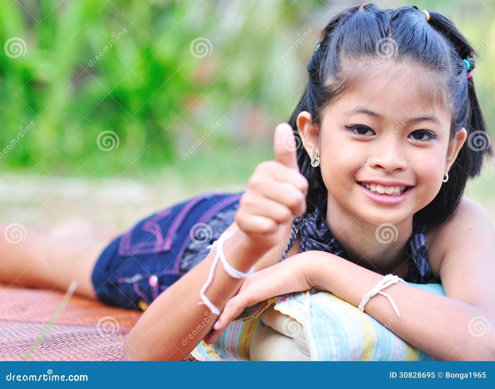 Bambina che mostra okay con la mano.