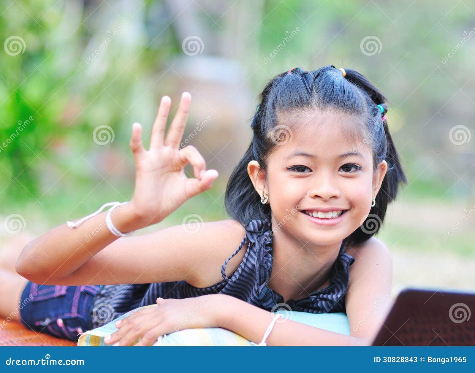 Bambina che mostra okay con la mano