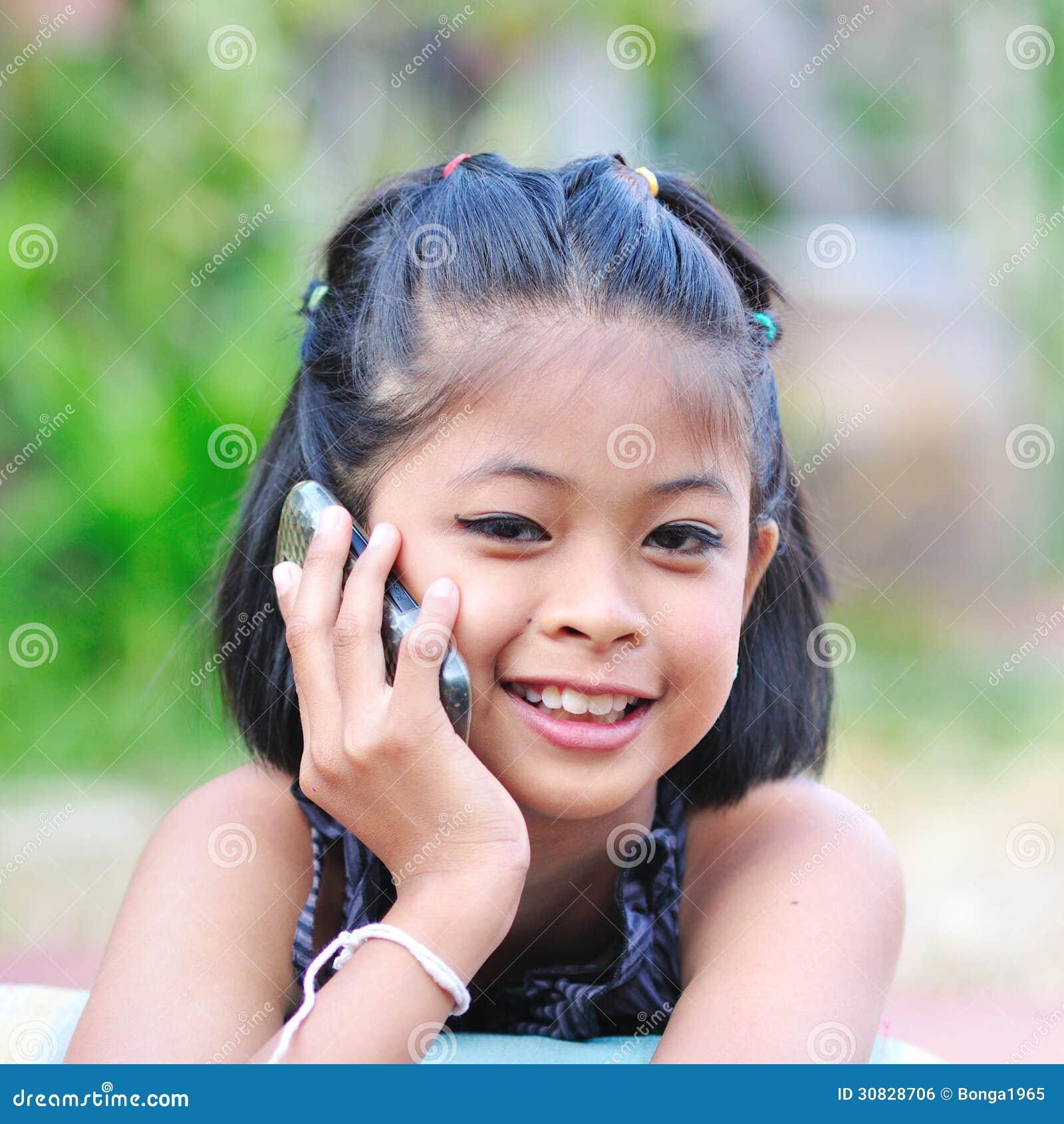 Bambina che parla sul telefono.