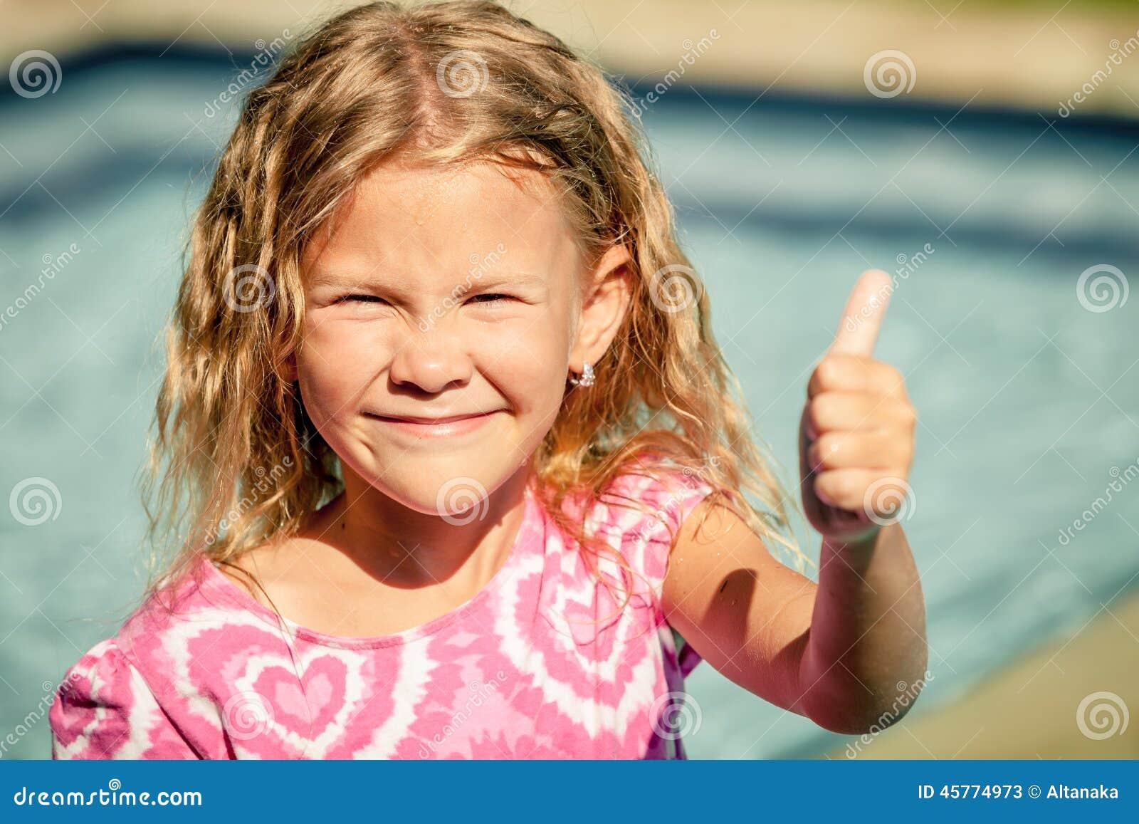 Bambina che si siede vicino alla piscina immagine stock immagine di libert esercitazione - Borsone piscina bambina ...
