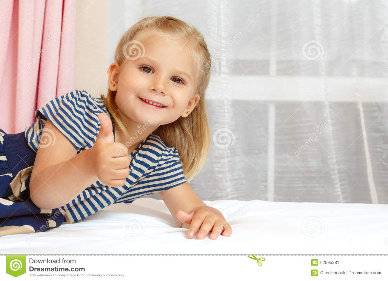 Bambina che si trova sulla base