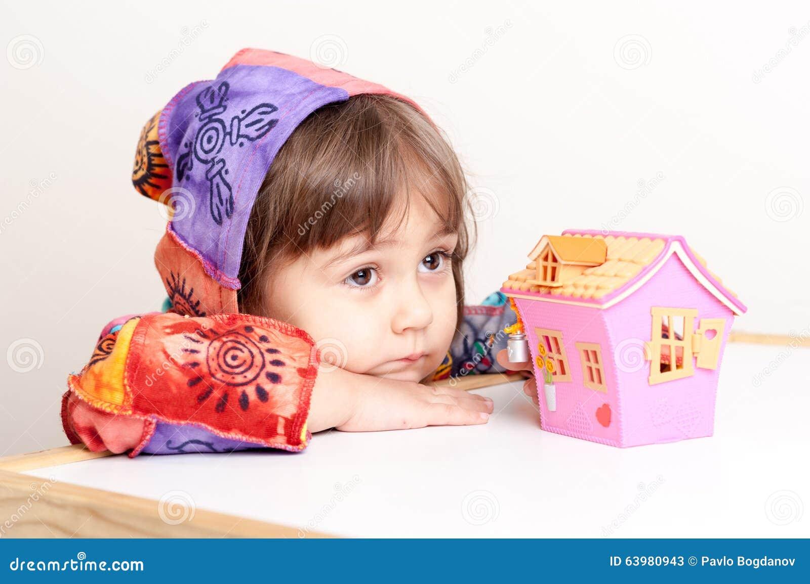 Bambina che sogna della casa e della famiglia