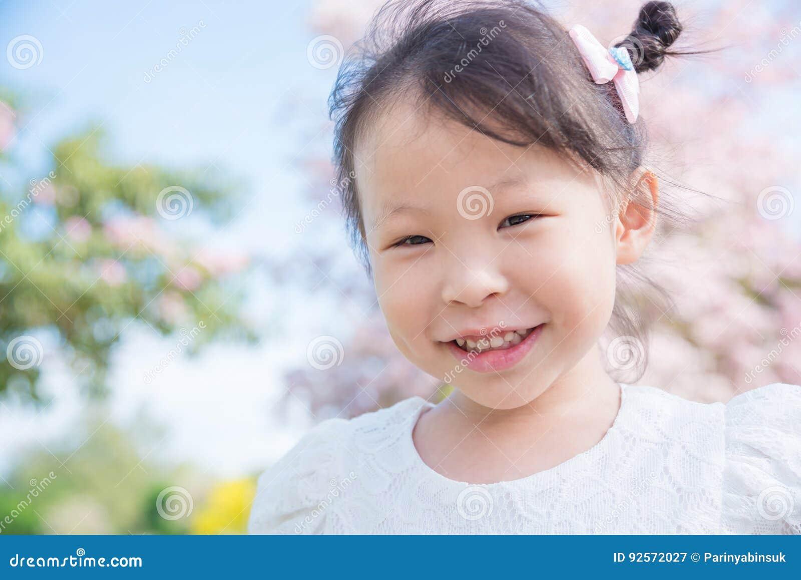 Bambina che sorride nel parco