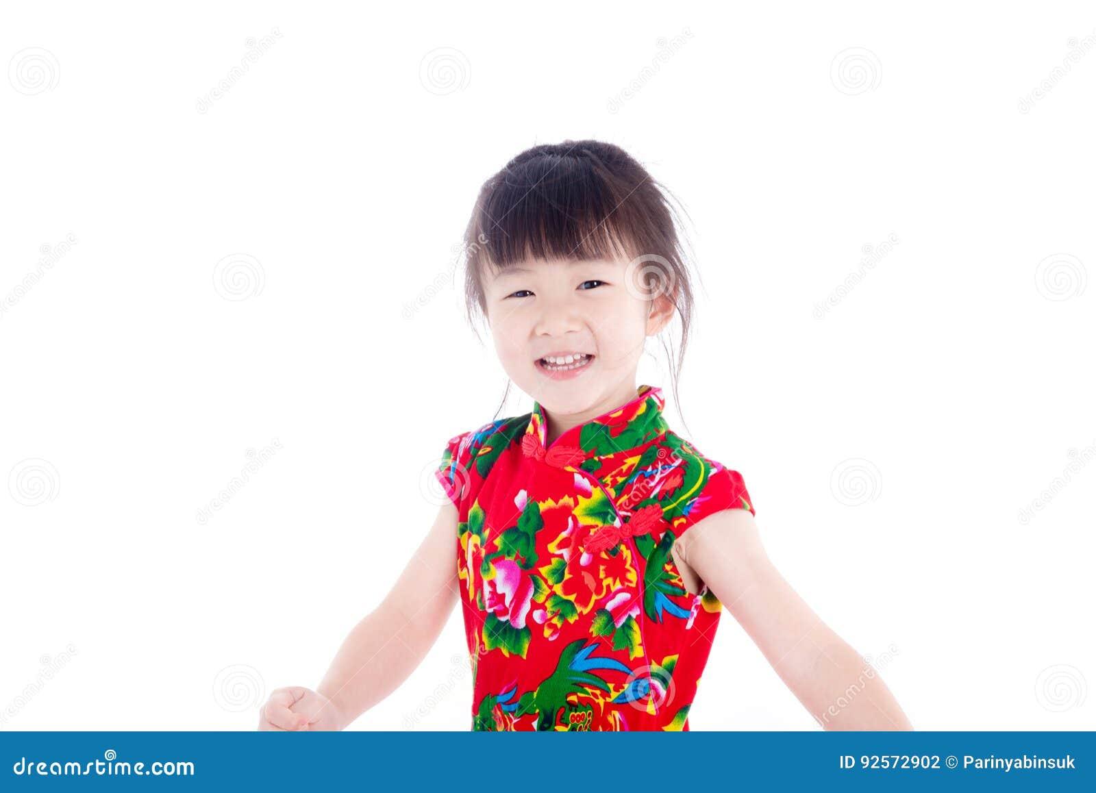 Bambina che sorride sopra il fondo bianco