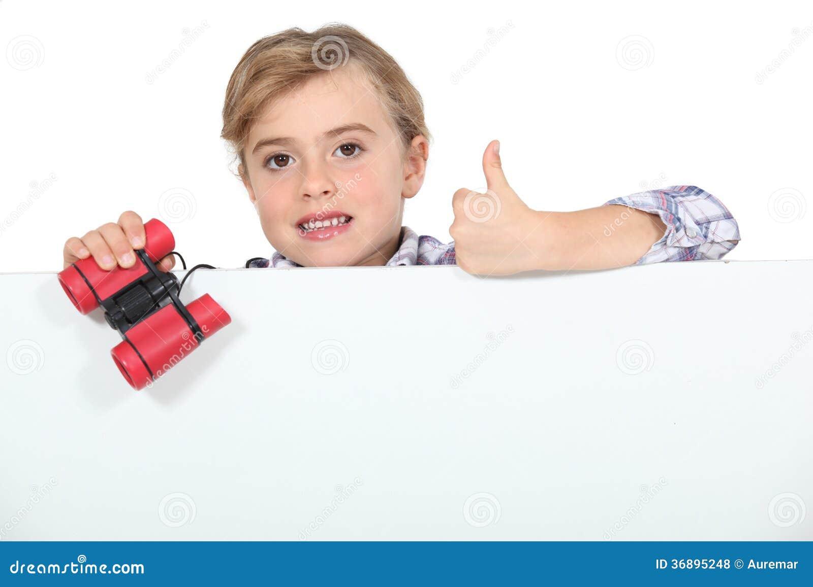 Download Bambina con il binocolo fotografia stock. Immagine di gesture - 36895248