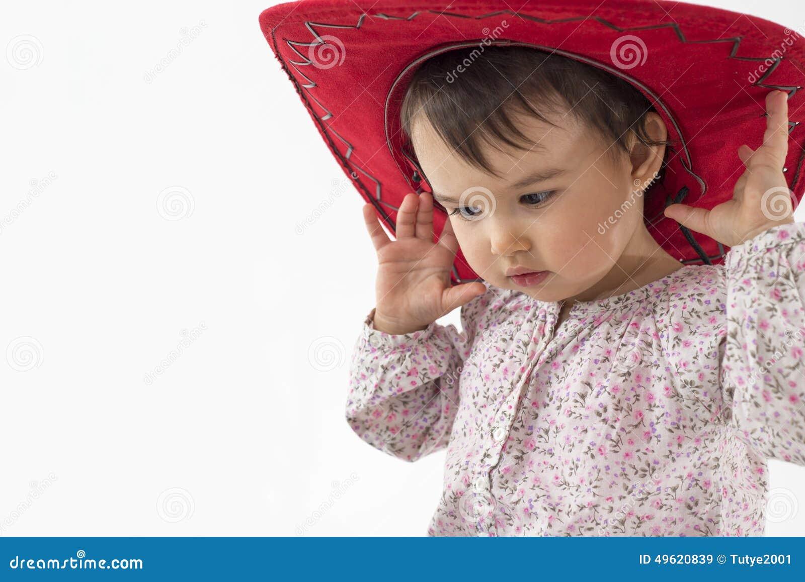 Bambina Con Il Cappello Da Cowboy Rosso Isolato Su Bianco Immagine ... 8d9fd677ee2e