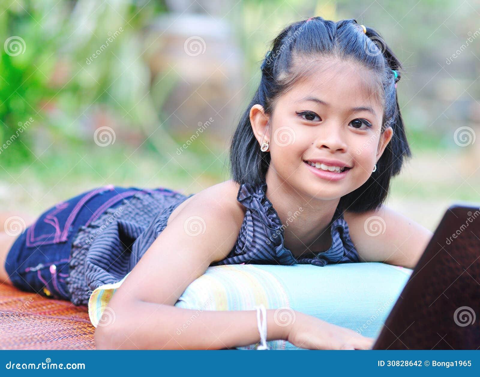 Bambina con il computer portatile.