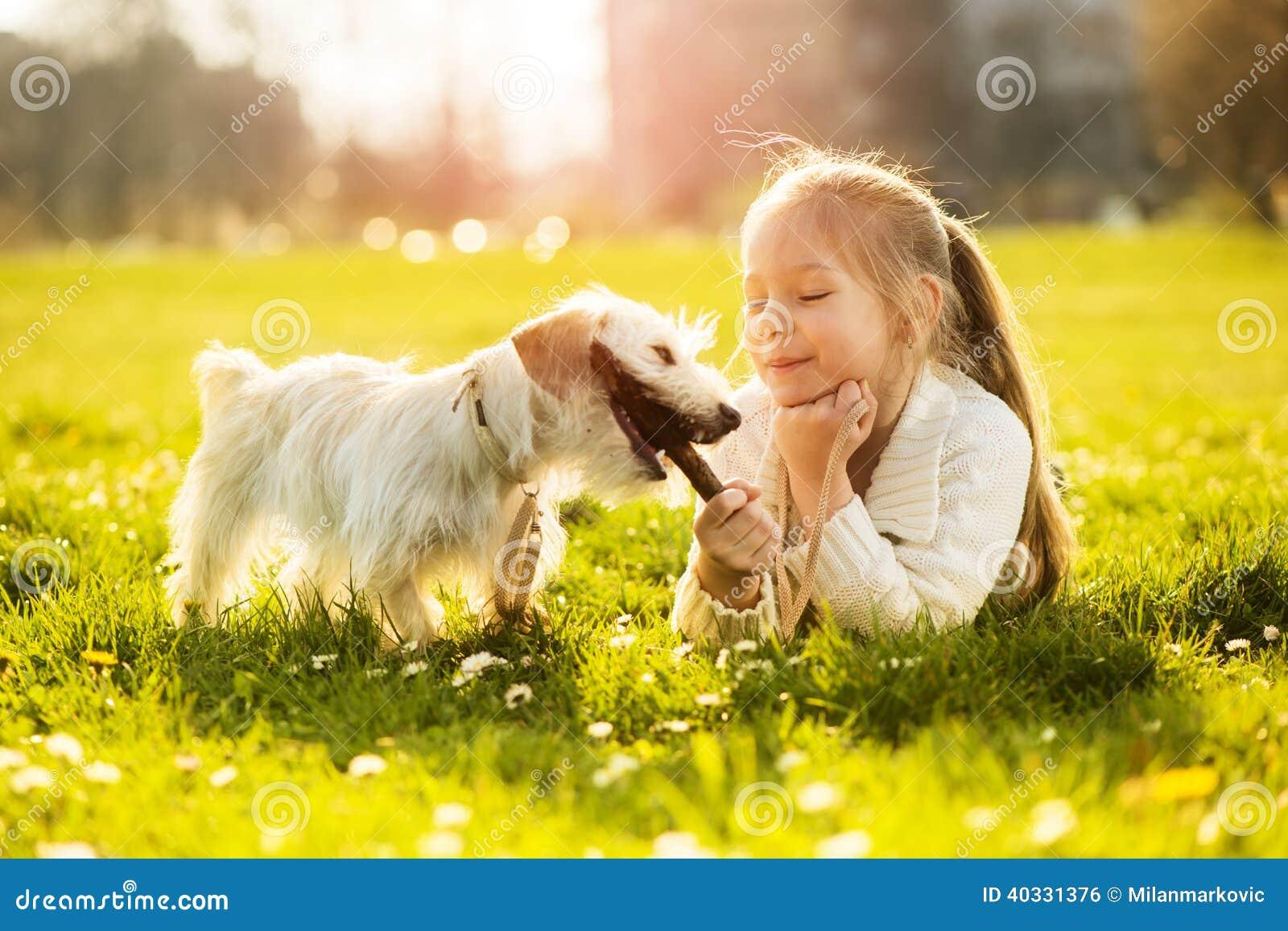 Bambina con il suo cucciolo di cane