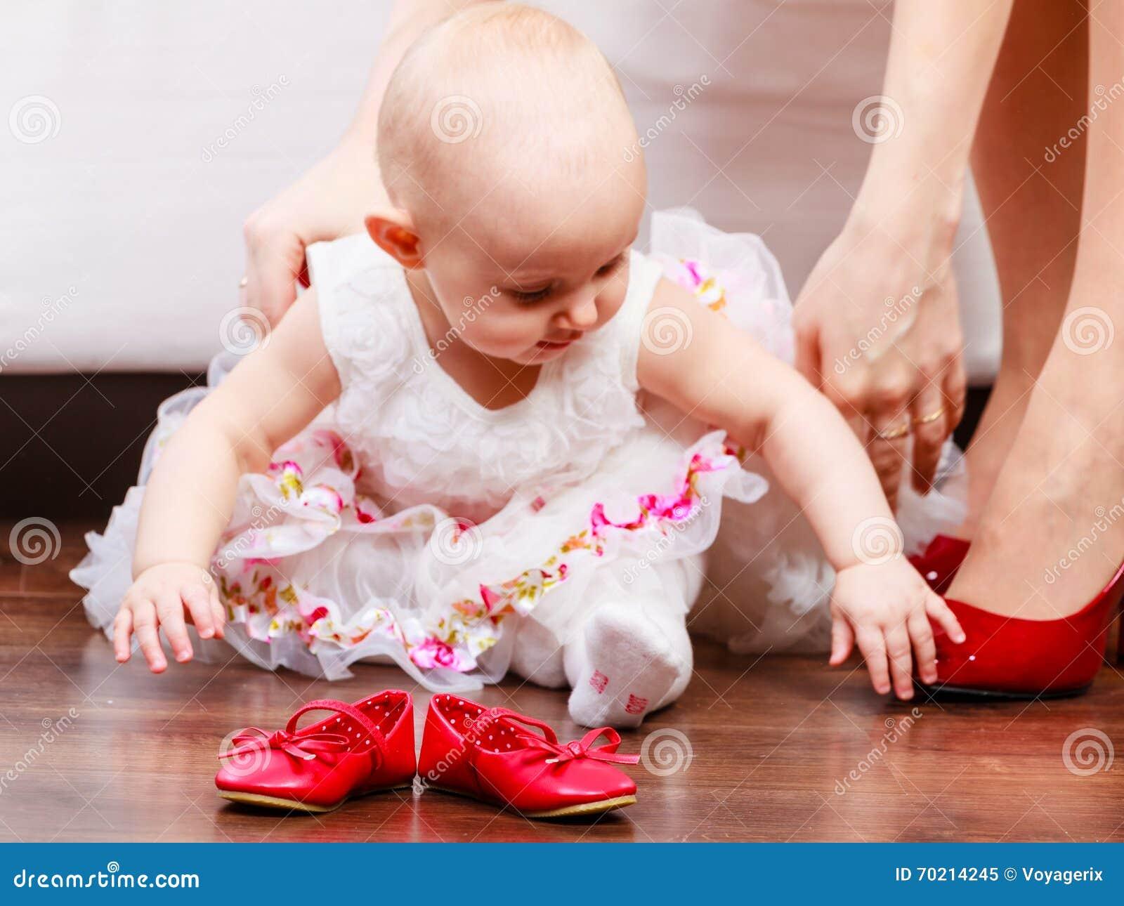 bambina con le scarpe rosse immagine stock immagine di camminare giovane 70214245 dreamstime