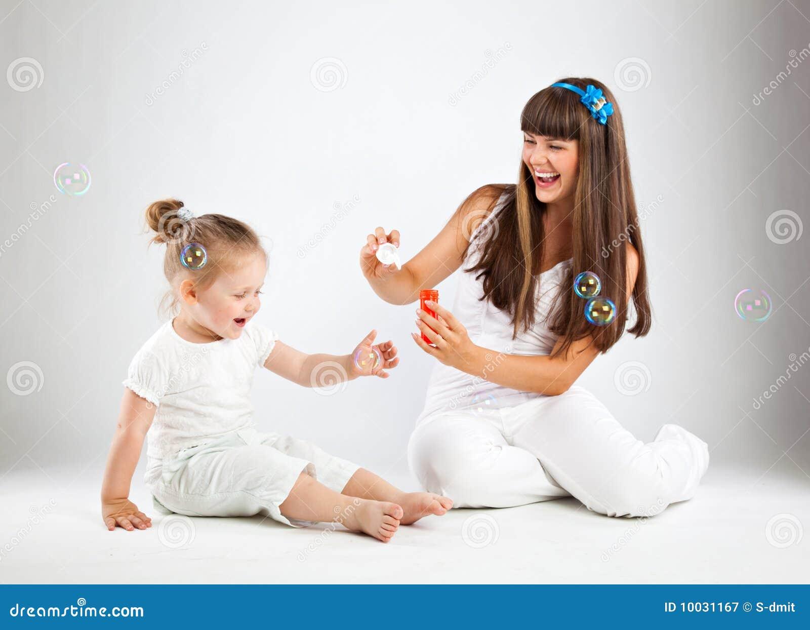 Bambina e le sue bolle di salto della madre