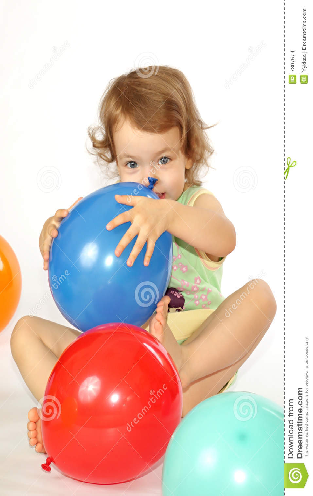 Bambina ed aerostati.
