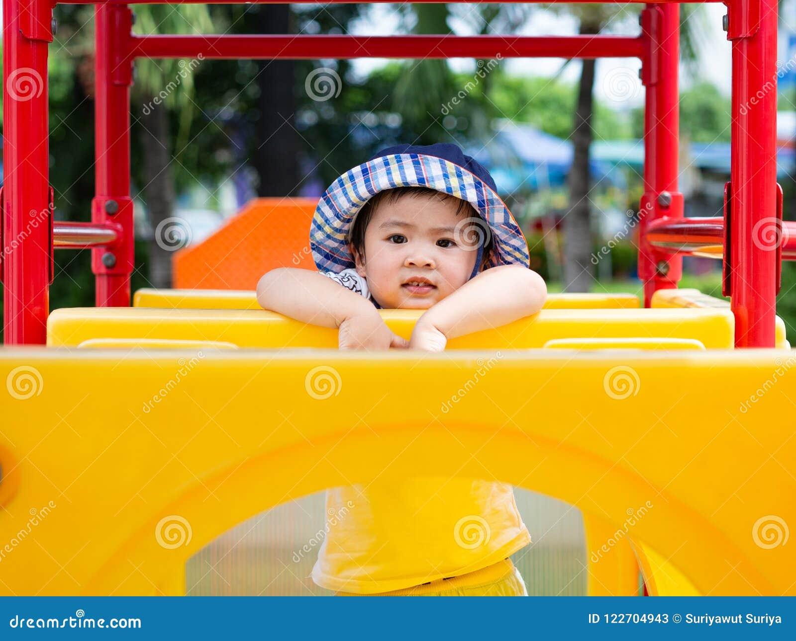 Bambina felice che gioca al campo da giuoco Bambini, felici, Fa