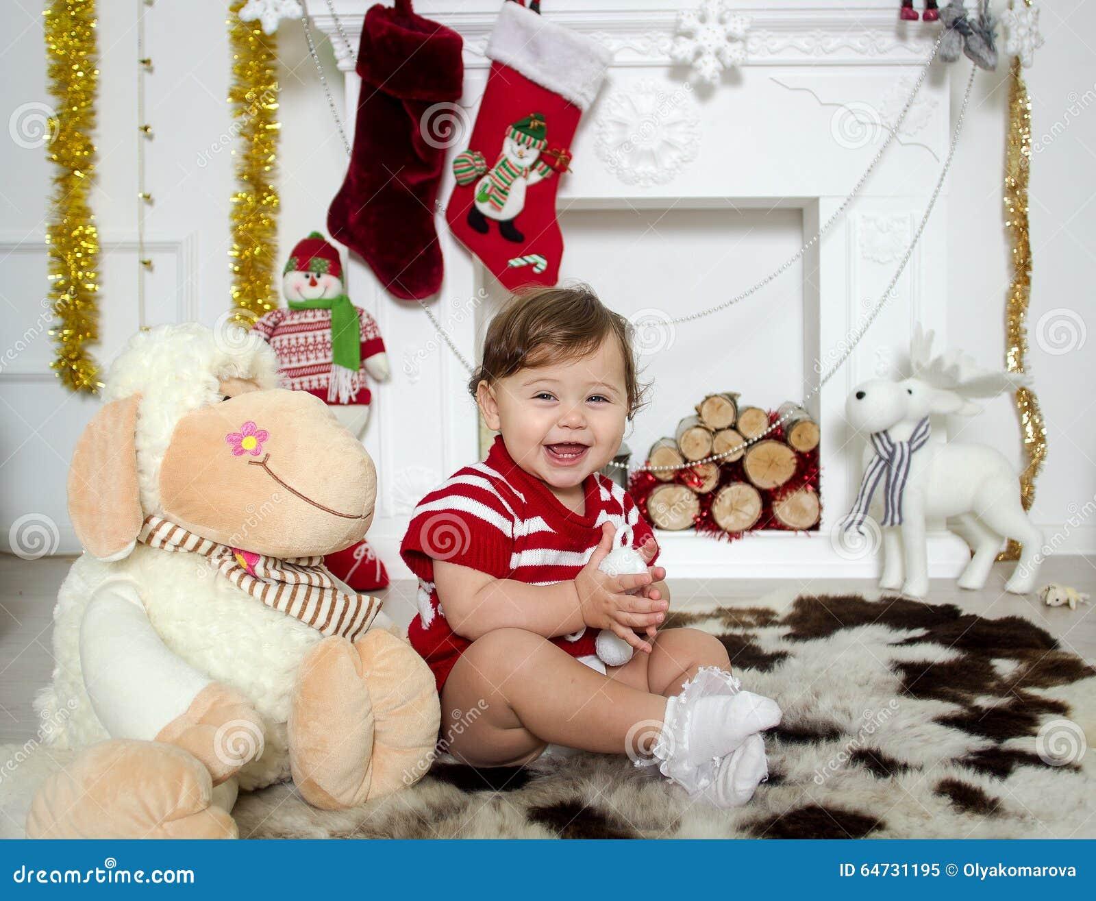 Bambina intorno ad un camino di Natale