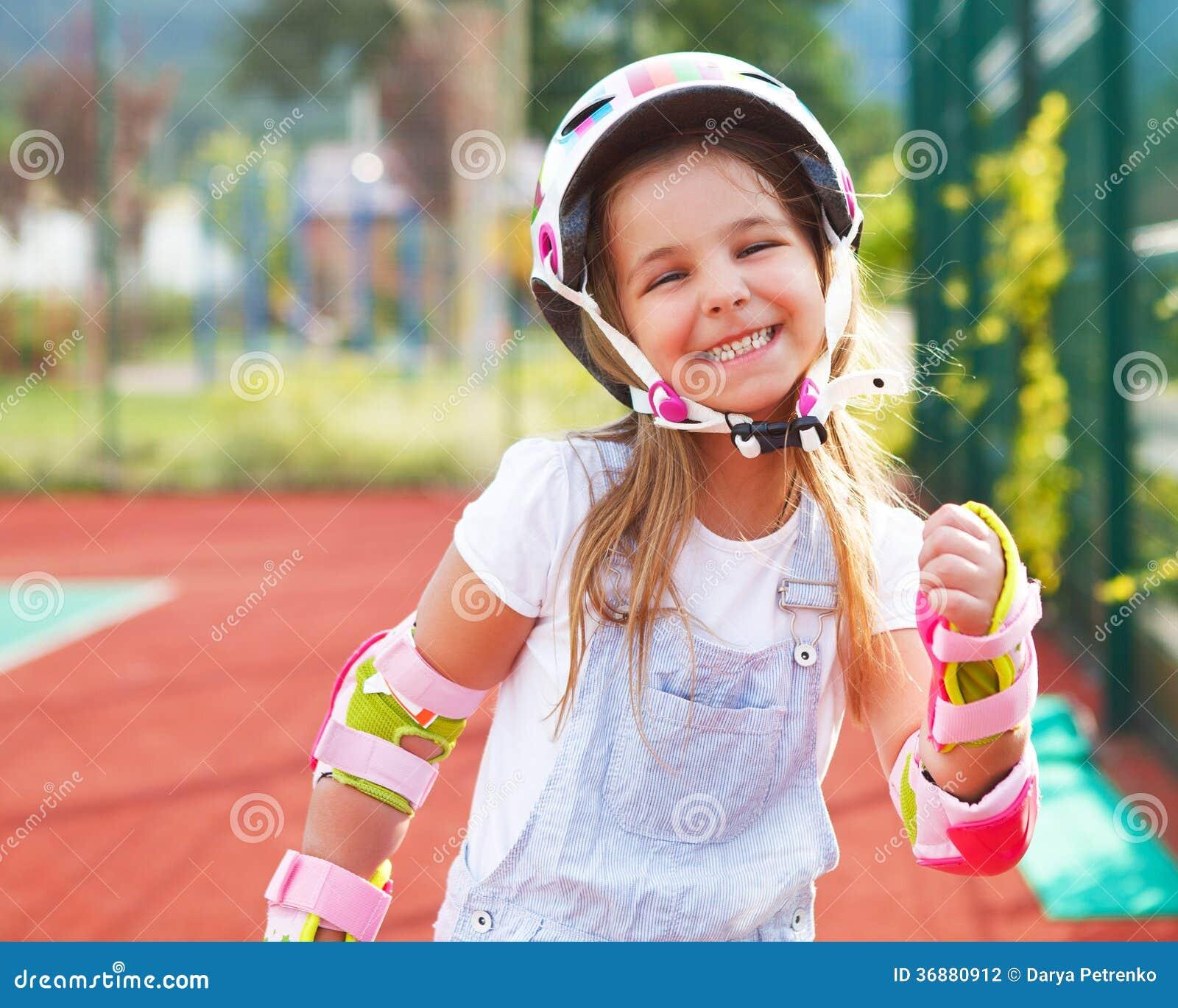 Download Bambina Nei Pattini Di Rullo Ad Un Parco Fotografia Stock - Immagine di felicità, giro: 36880912