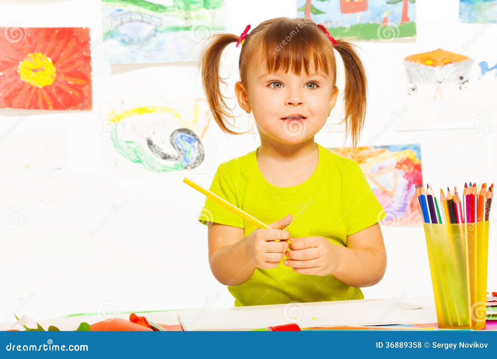 Download Bambina Nella Classe Di Disegno Fotografia Stock - Immagine di aula, tiraggio: 36889358