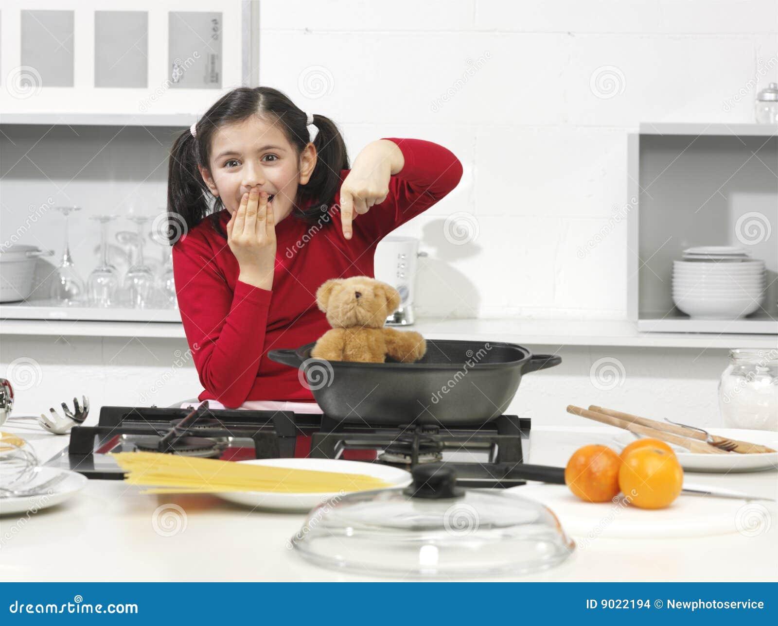 Bambina nella cucina