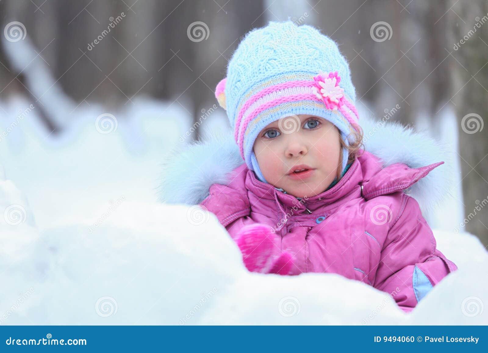 Bambina in neve