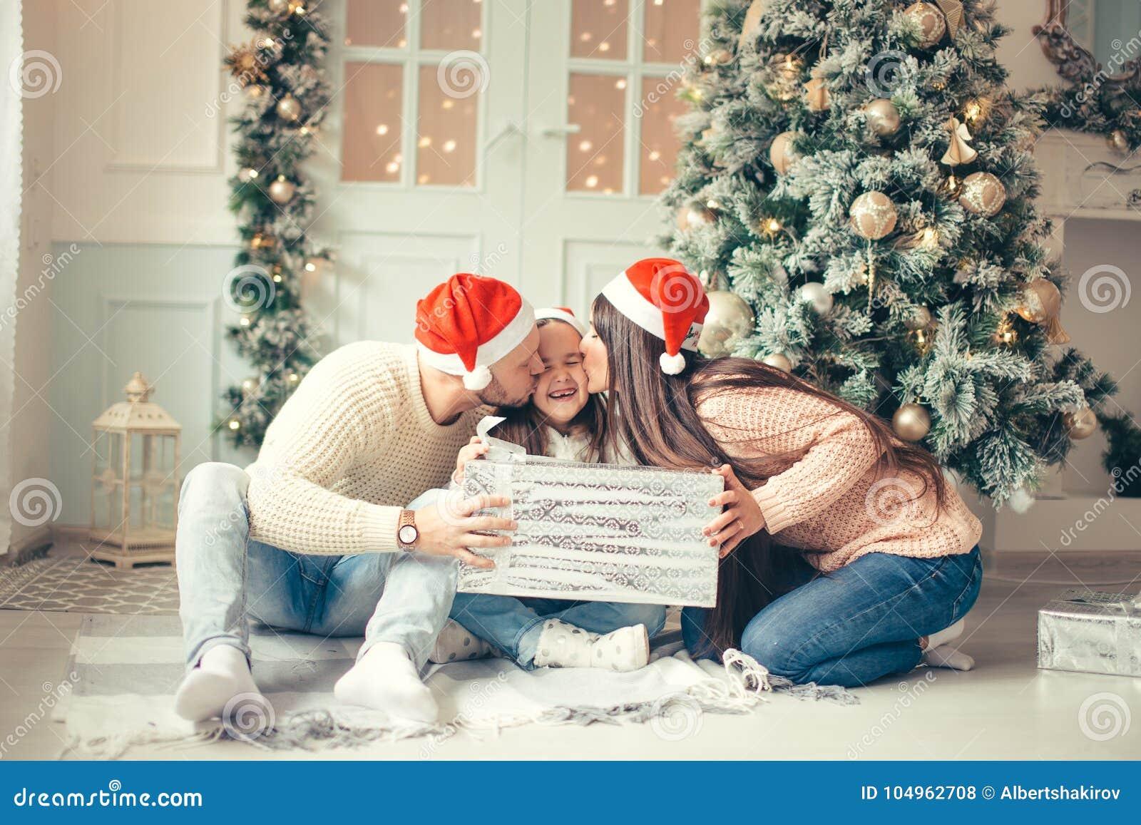 Regali Di Natale Per Casa.Bambina Sorpresa Con I Regali Di Natale Vicino Ad Un Albero Di