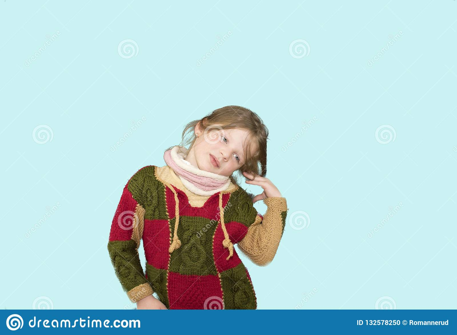 Bambina su fondo colourful Copi lo spazio La ragazza sta portando il maglione Fondo blu molle