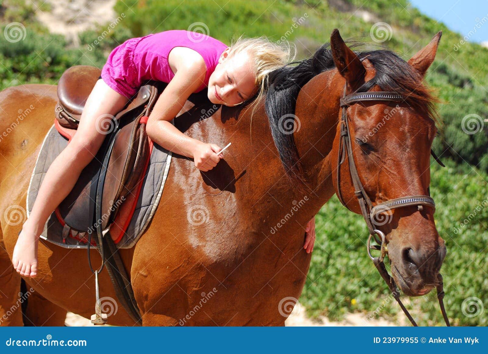 Bambina sul suo cavallino