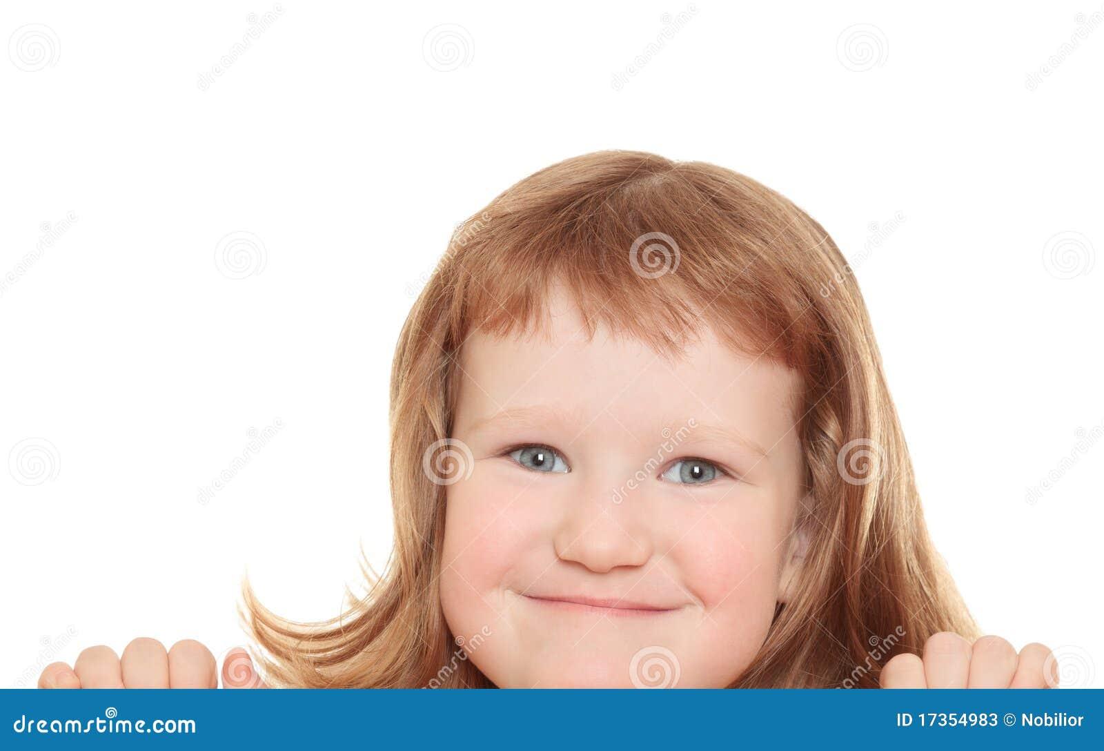 Bambina sveglia che si appoggia su un tabellone per le affissioni