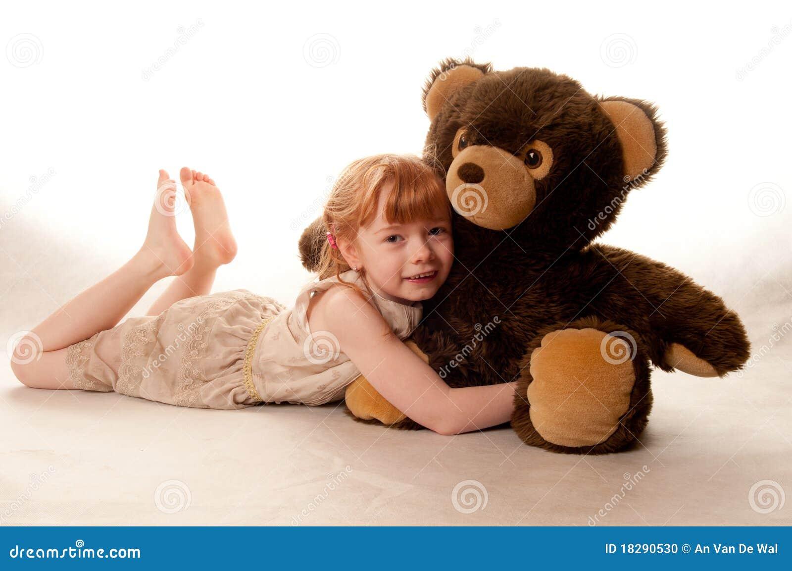 Bambina sveglia che tiene un orso di orsacchiotto