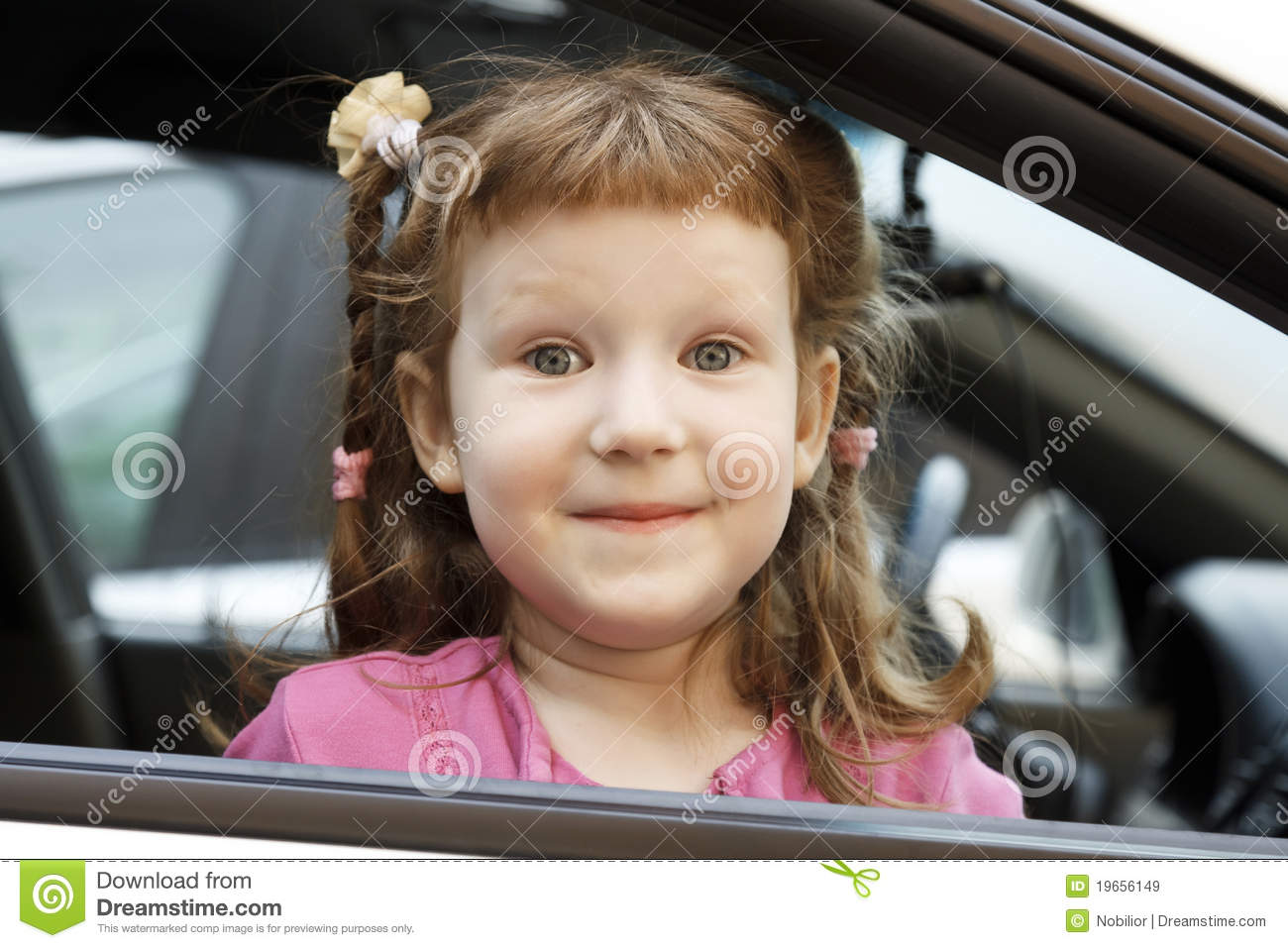 Bambina sveglia in un automobile