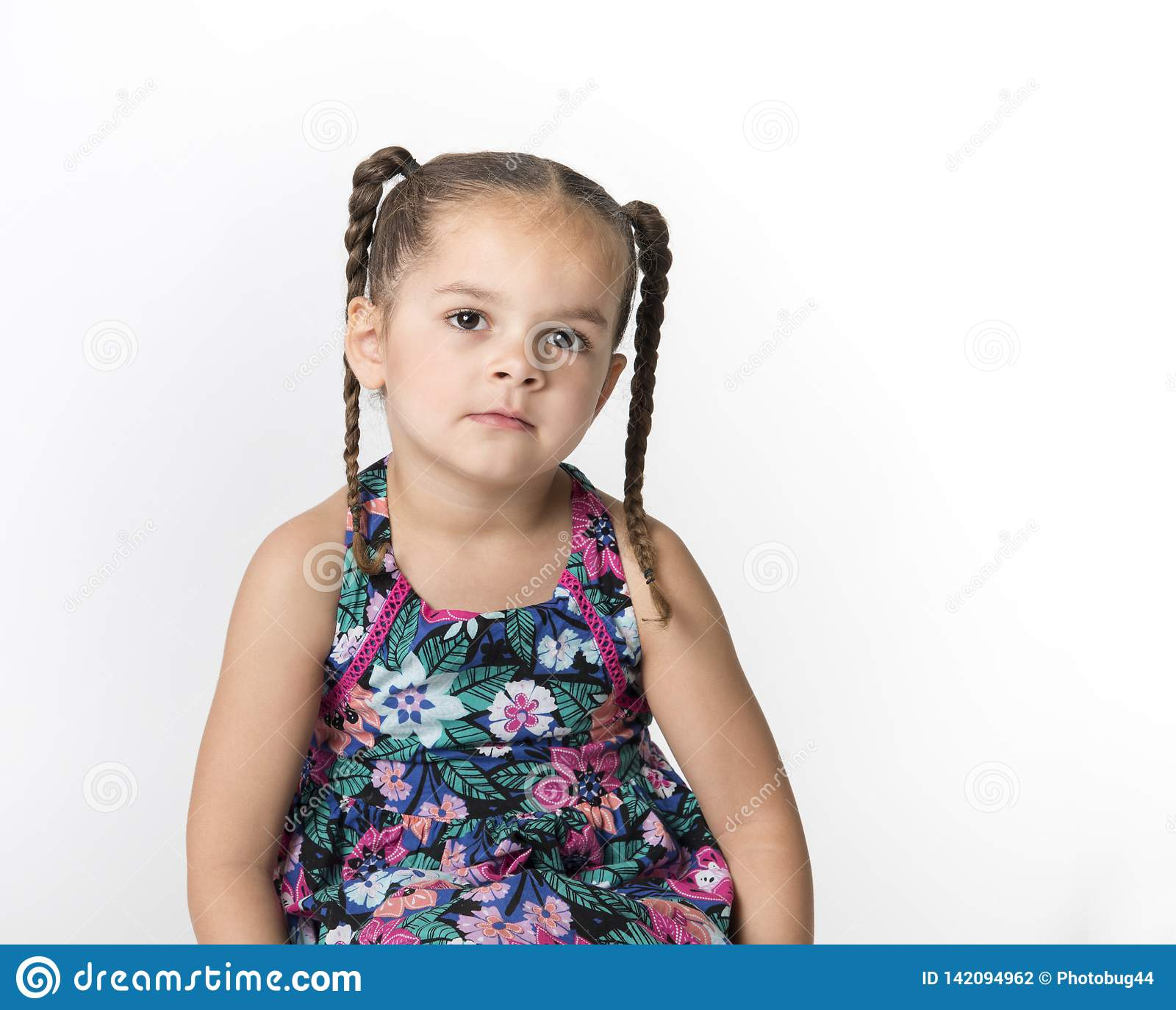 Bambina triste isolata su fondo bianco