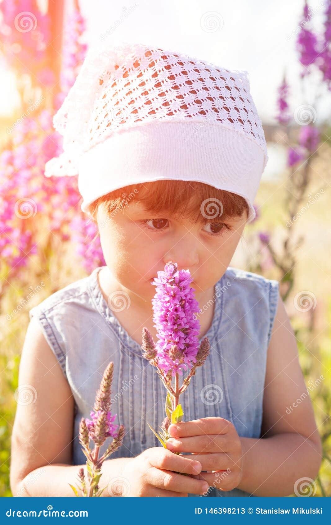 Bambina in un campo dei fiori
