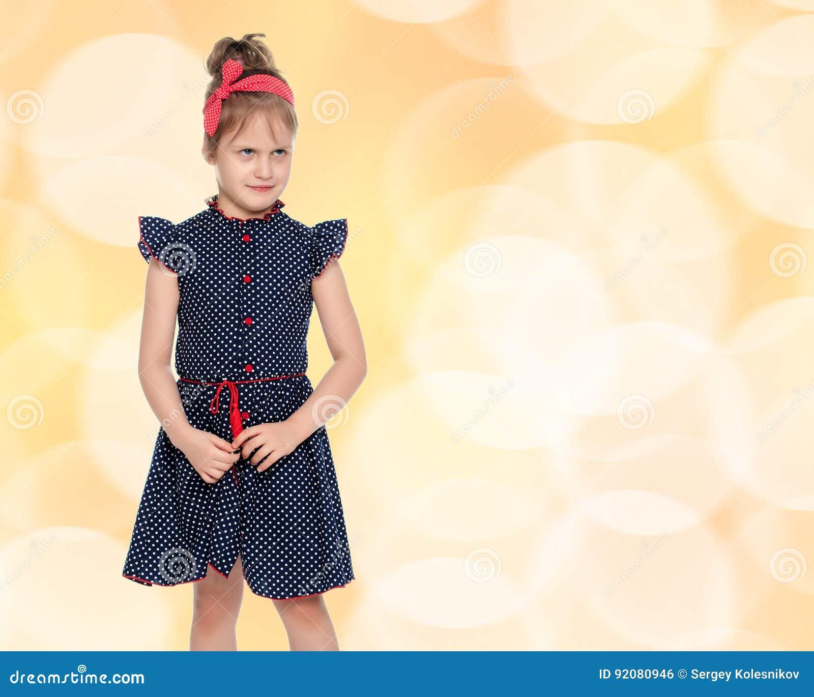 premium selection 42855 ab81d Bambina In Vestito Blu Dal Pois Fotografia Stock - Immagine ...