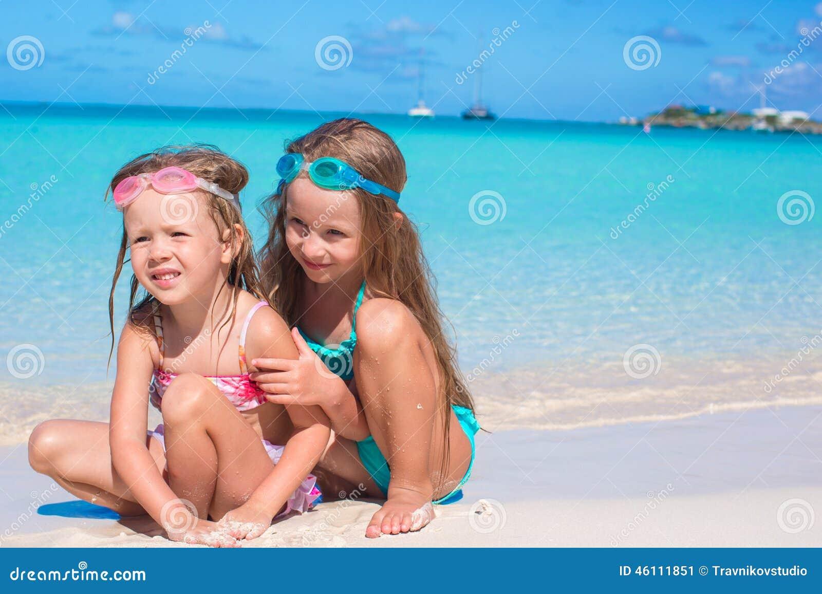 Bambine Adorabili In Costume Da Bagno E Vetri Per Immagine Stock ...