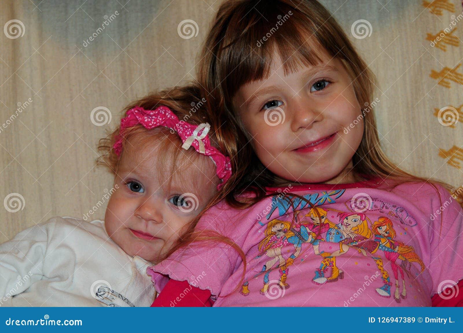 Bambine che posano per il fotografo