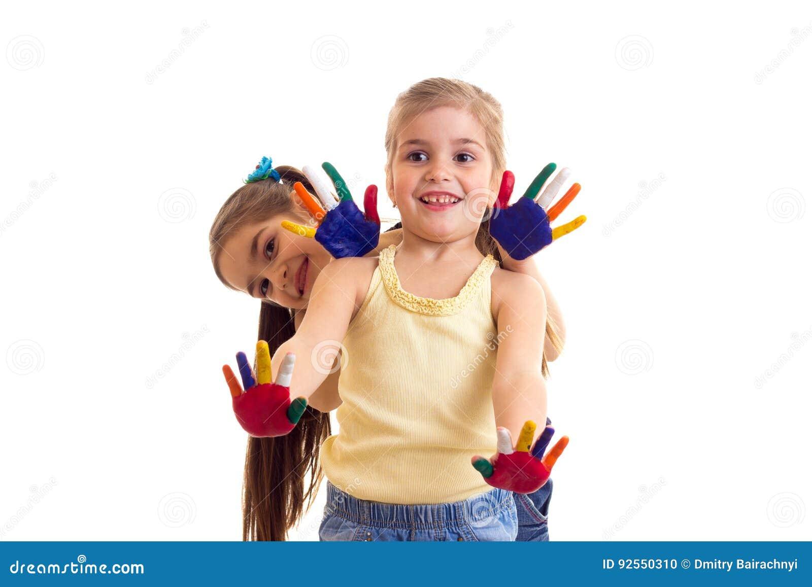 Bambine con le mani colorate
