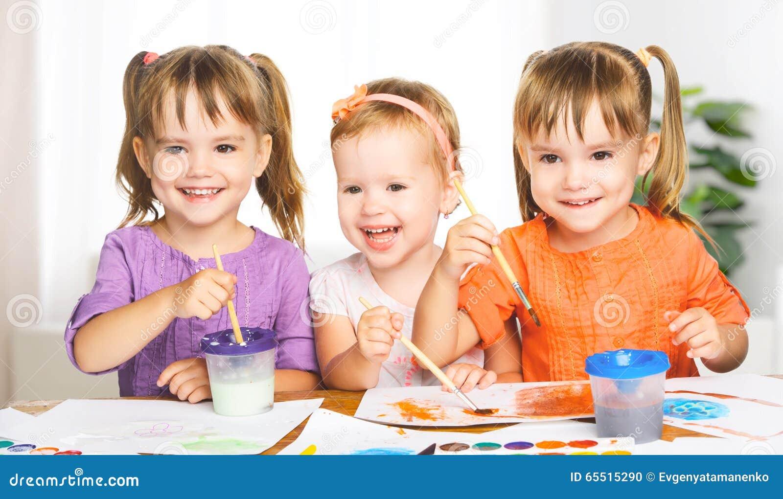 Bambine felici in pitture di tiraggio di asilo