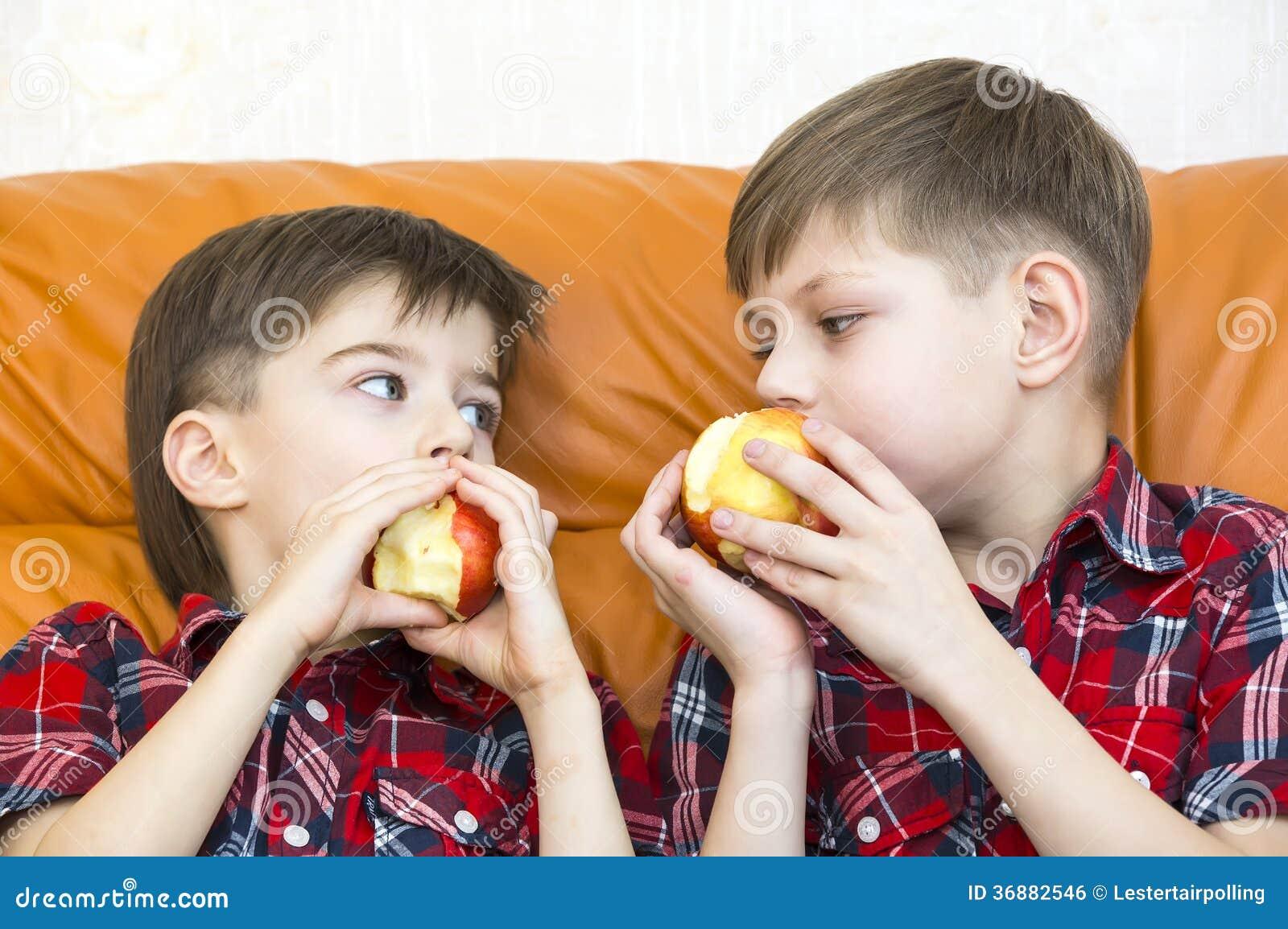 Download Bambini fotografia stock. Immagine di interno, frutta - 36882546