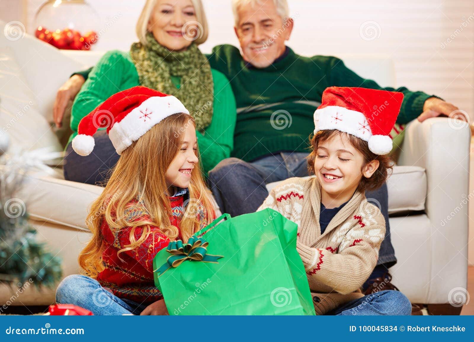 Regali Di Natale Per La Nonna.Bambini Al Nonno Ed Alla Nonna A Natale Fotografia Stock Immagine