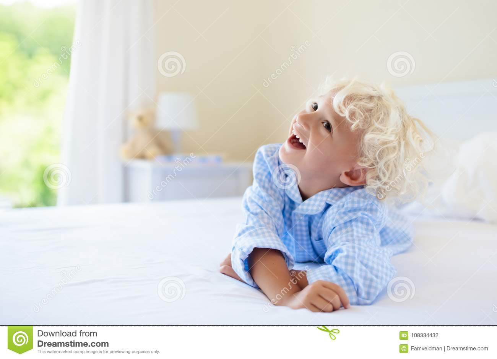 Bambini in base Bambini in pigiami Camera da letto della famiglia