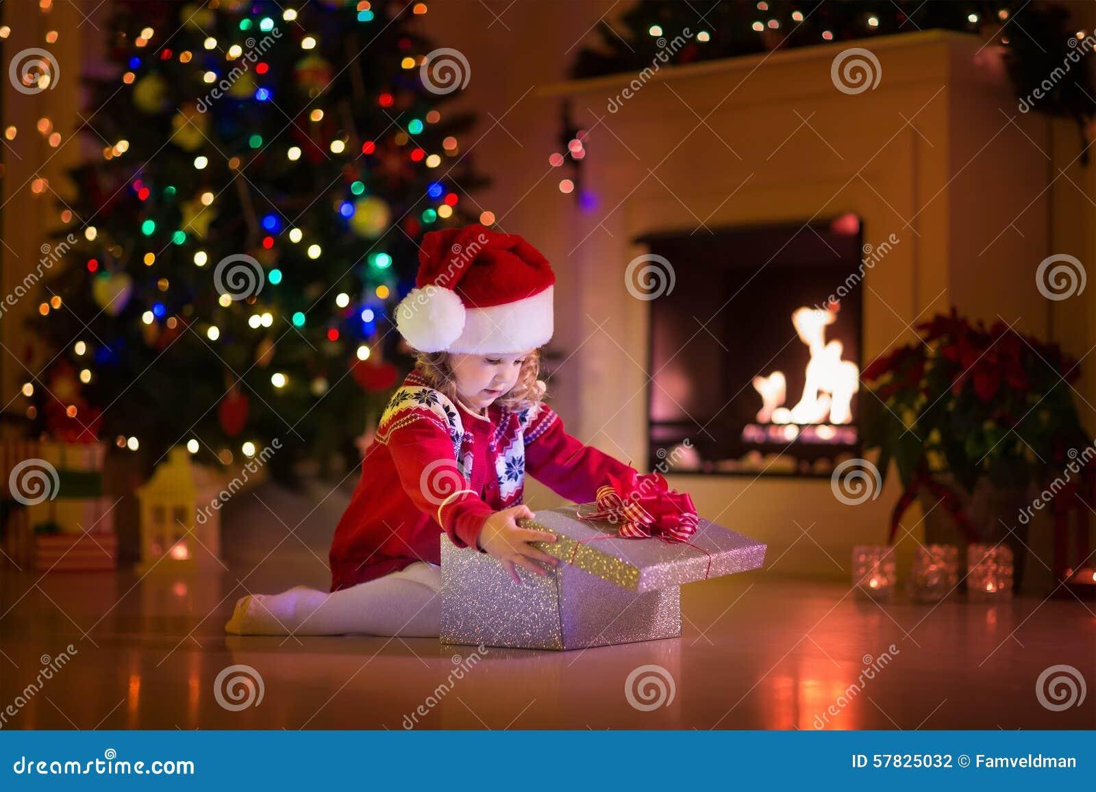 Regali Di Natale Fratello.Bambini Che Aprono I Regali Di Natale Al Camino Fotografia Stock
