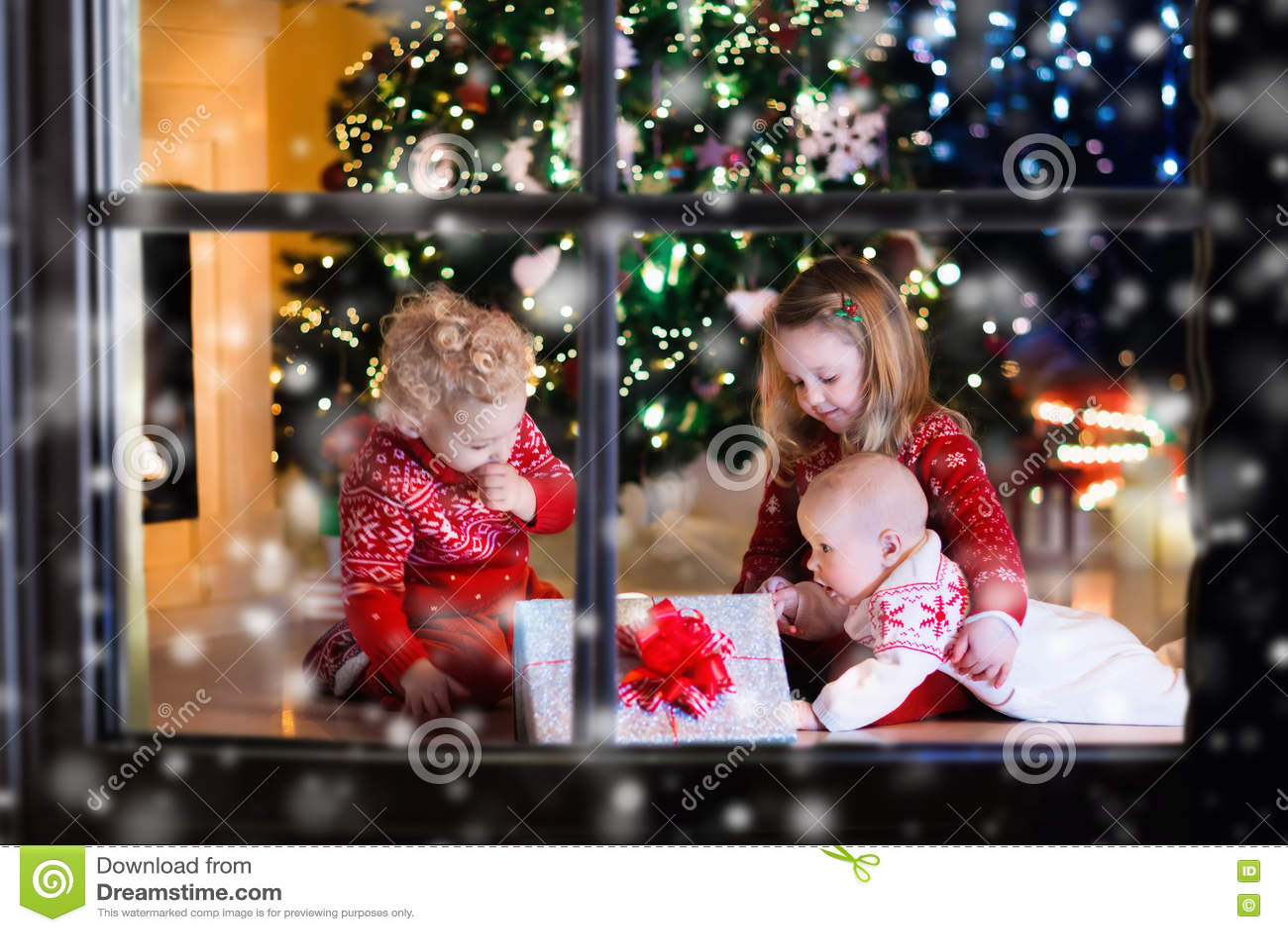 Regali Di Natale Bimbi.Bambini Che Aprono I Regali Di Natale Al Camino Fotografia Stock