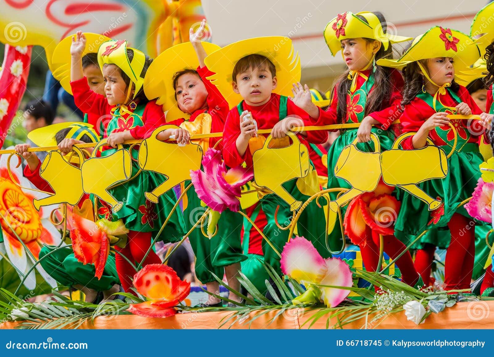 Bambini che celebrano carnevale sulle vie della città