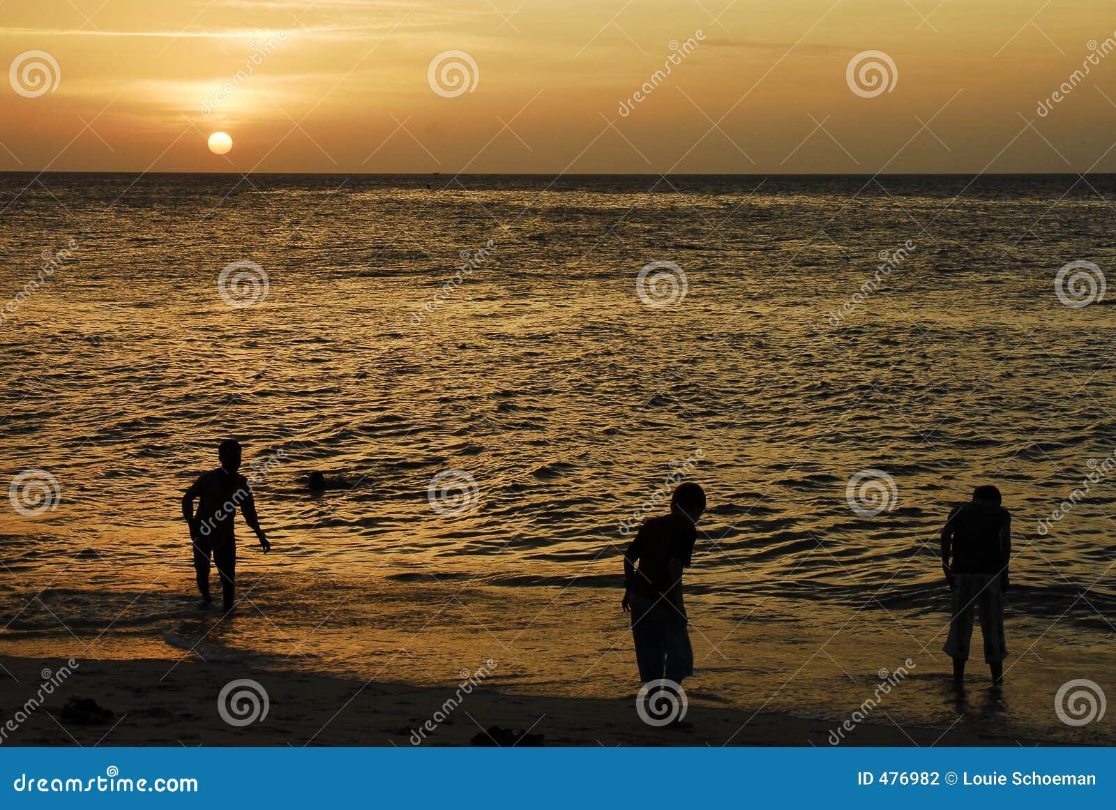 Bambini che giocano al tramonto, Zanzibar
