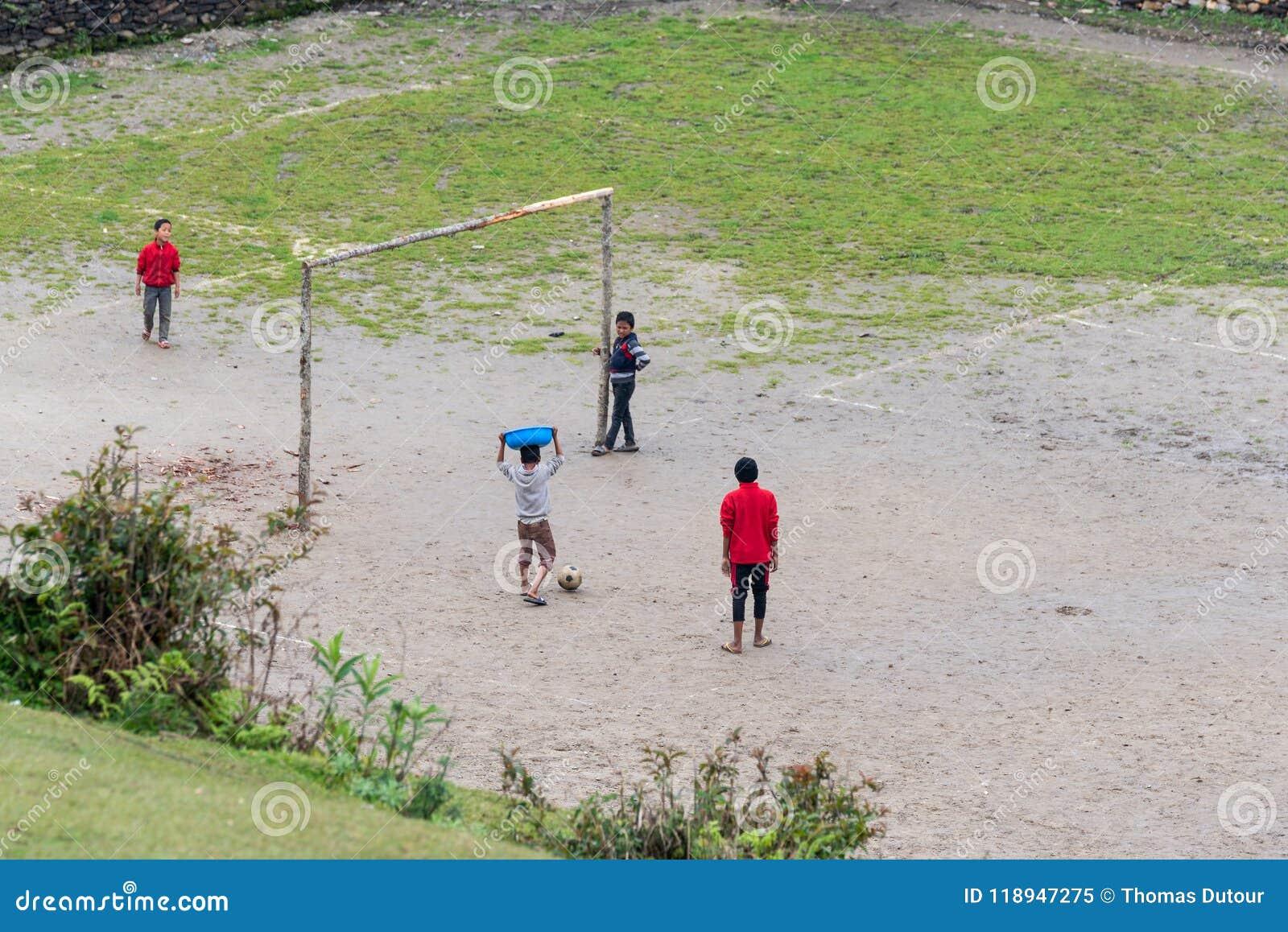 Bambini che giocano a calcio in Ghalegaun, Nepal