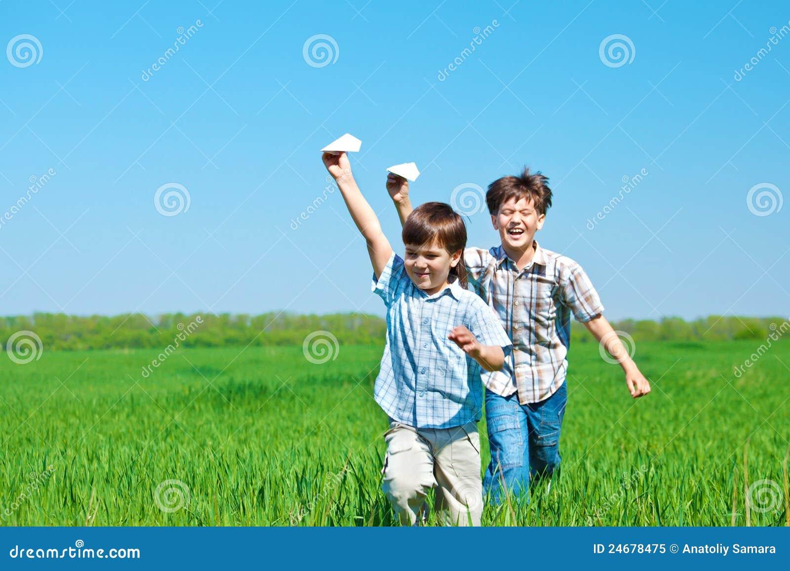 Bambini che giocano con gli aerei di carta fotografia - Bambine che cucinano ...