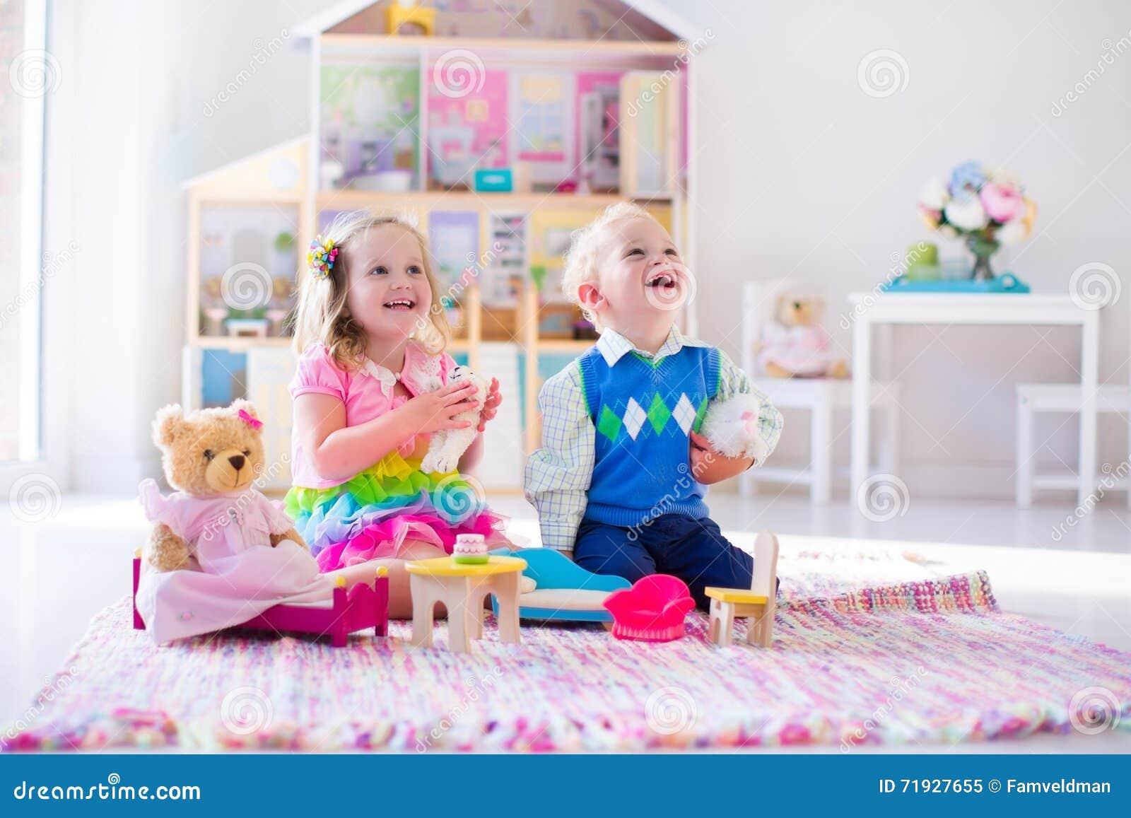 Bambini che giocano con gli animali farciti e la casa di for Grandi bambini giocano a casa
