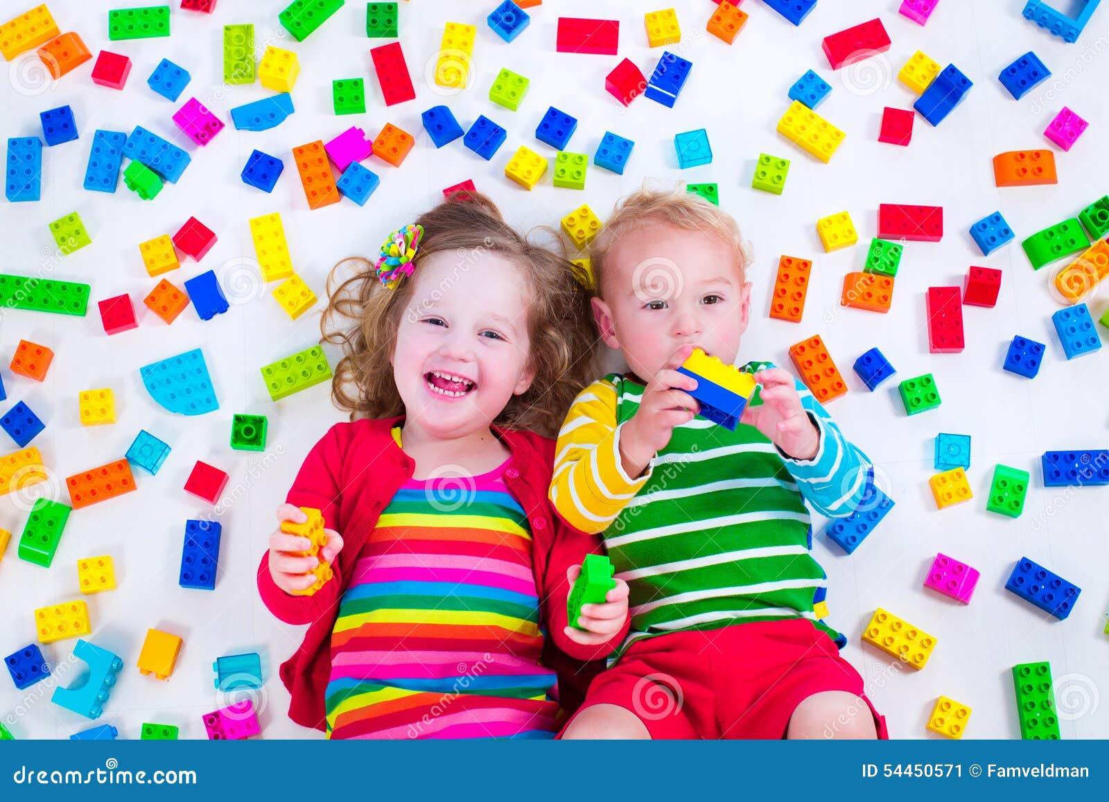 Bambini che giocano con i blocchi variopinti