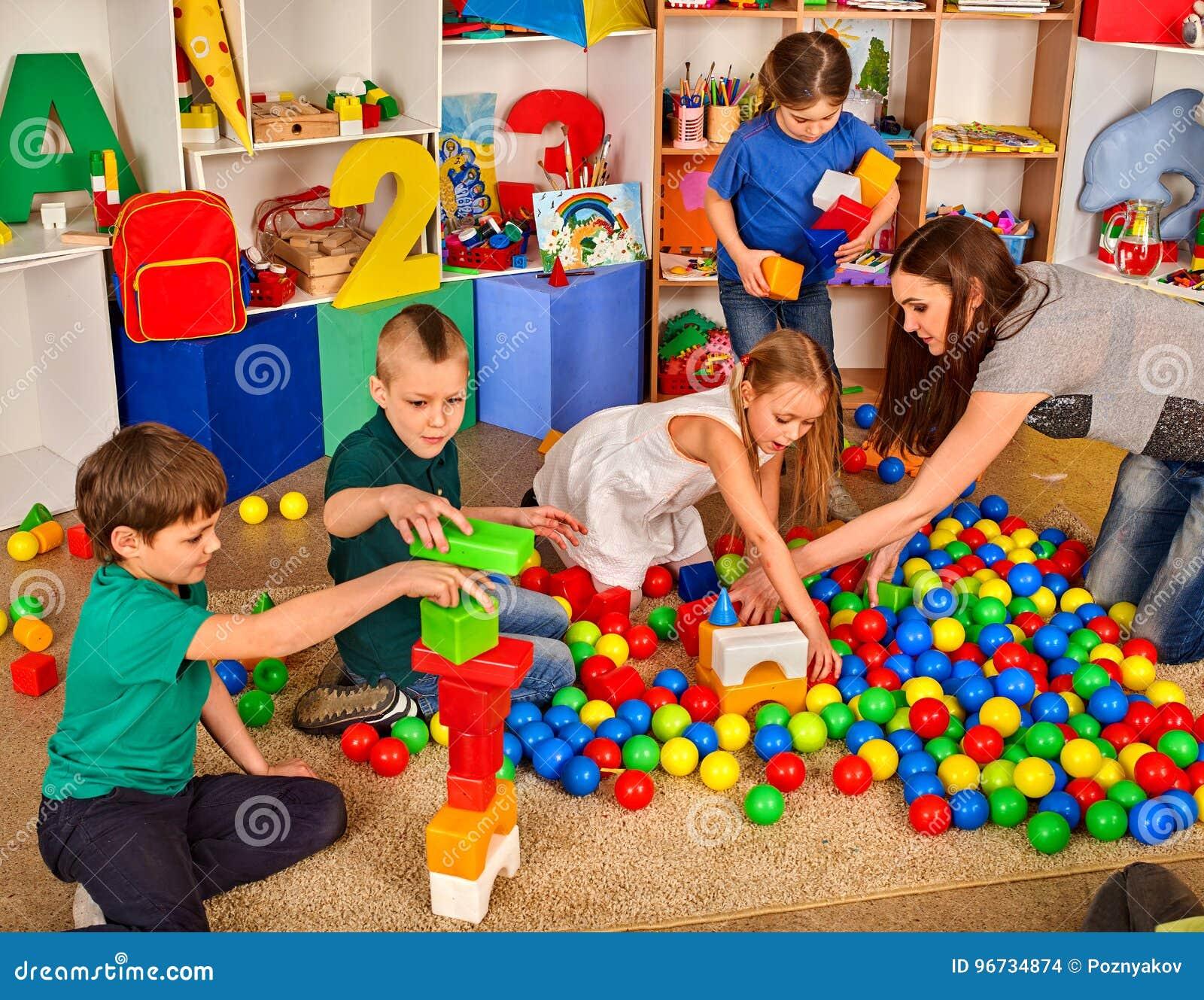 Bambini Che Giocano In Cubi Dei Bambini Dellinterno Lezione A