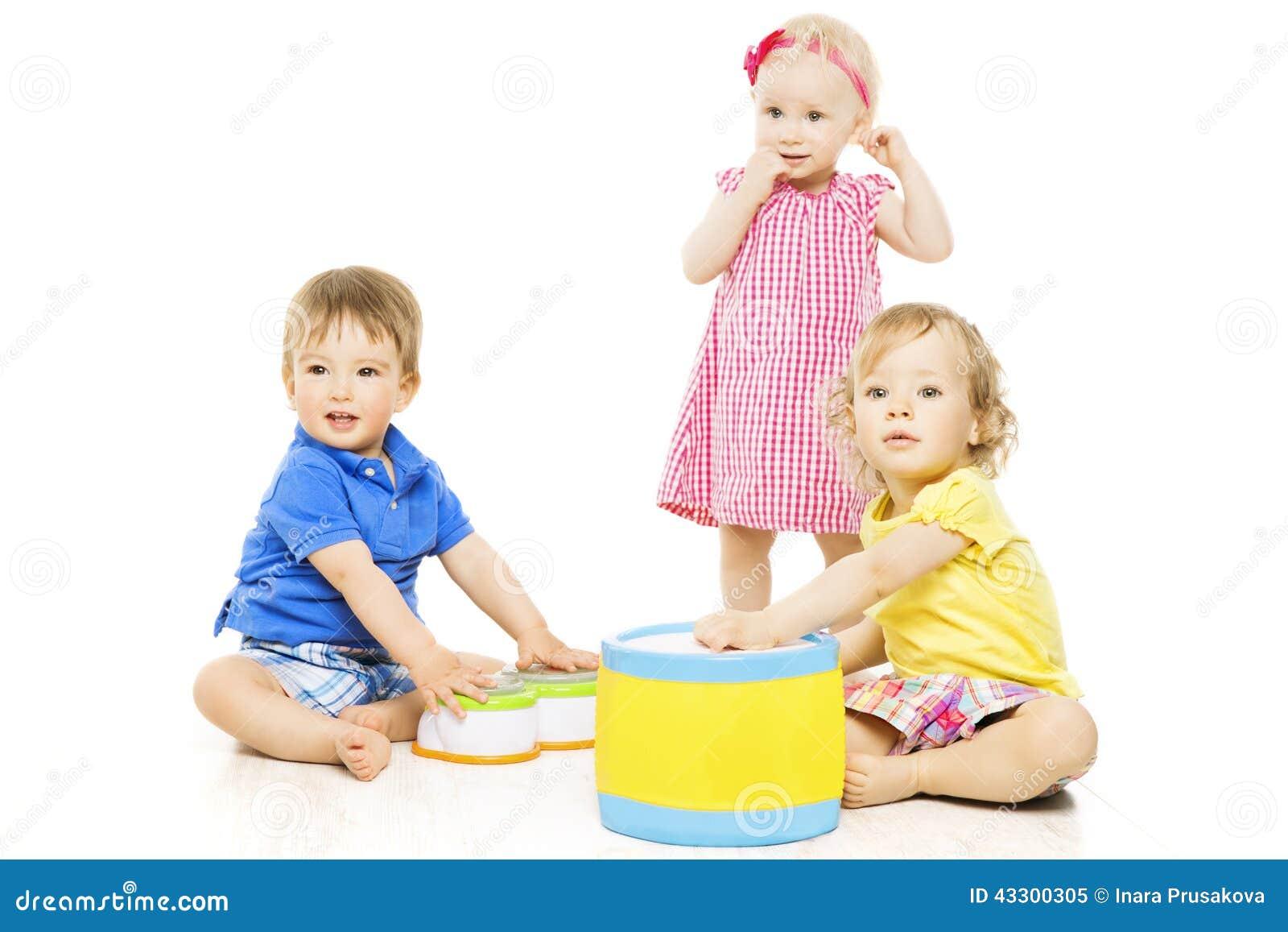 Bambini che giocano i giocattoli I piccoli bambini hanno isolato il fondo bianco